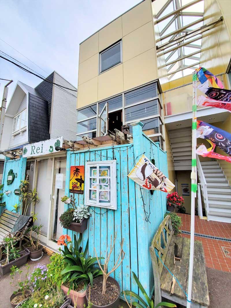 Reiがある水色の建物の2階