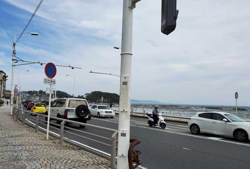 腰越海岸前はかなり車が多い