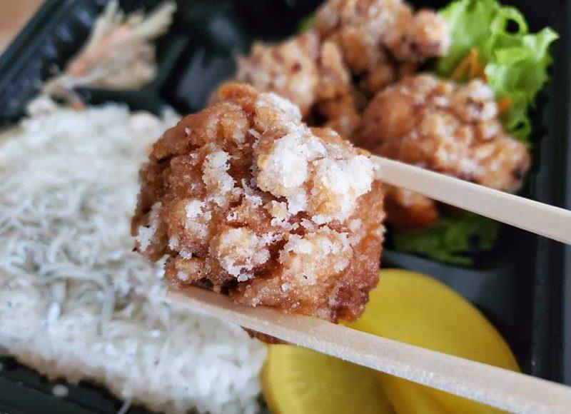 【腰越テイクアウト】地元人気食堂「PIGGY'S KITCHEN」のもっちり唐揚げ弁当!スタンプでお弁当1個無料!