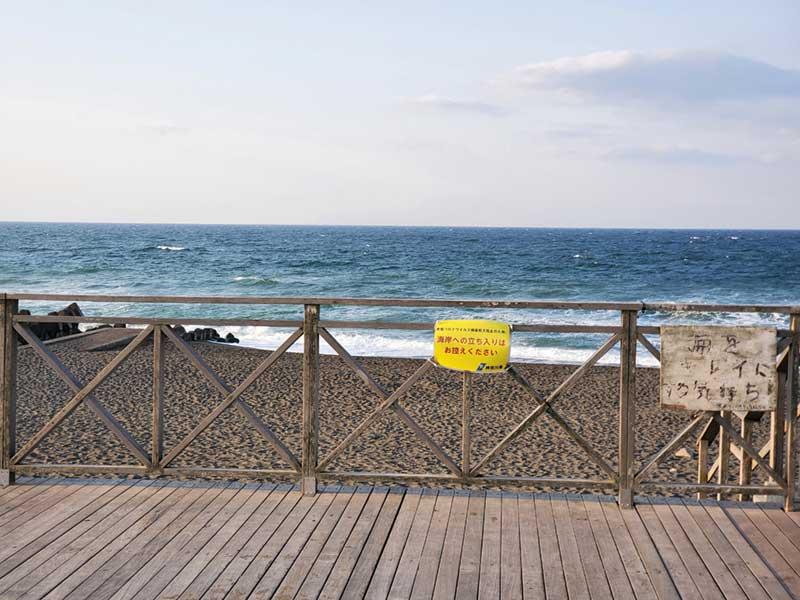 波が荒れているのでサーファーはほとんどいない