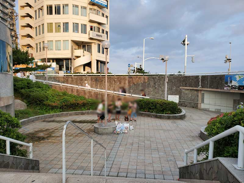 ゴミを放置する外国人観光客