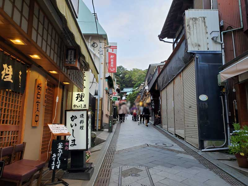 江ノ島の参道はまだ人が多い