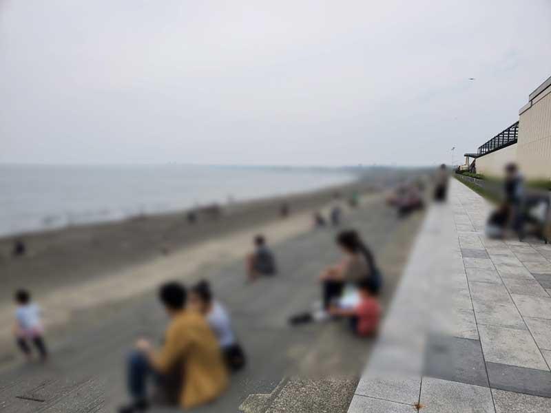 海沿いは平日でもこんなに混んでいる