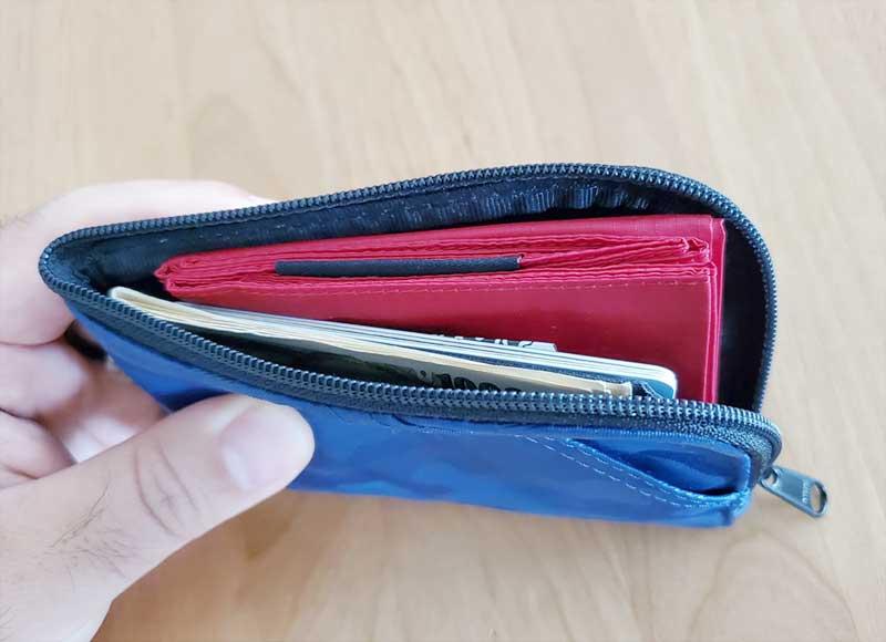 他のカードと一緒に財布に余裕で収まる