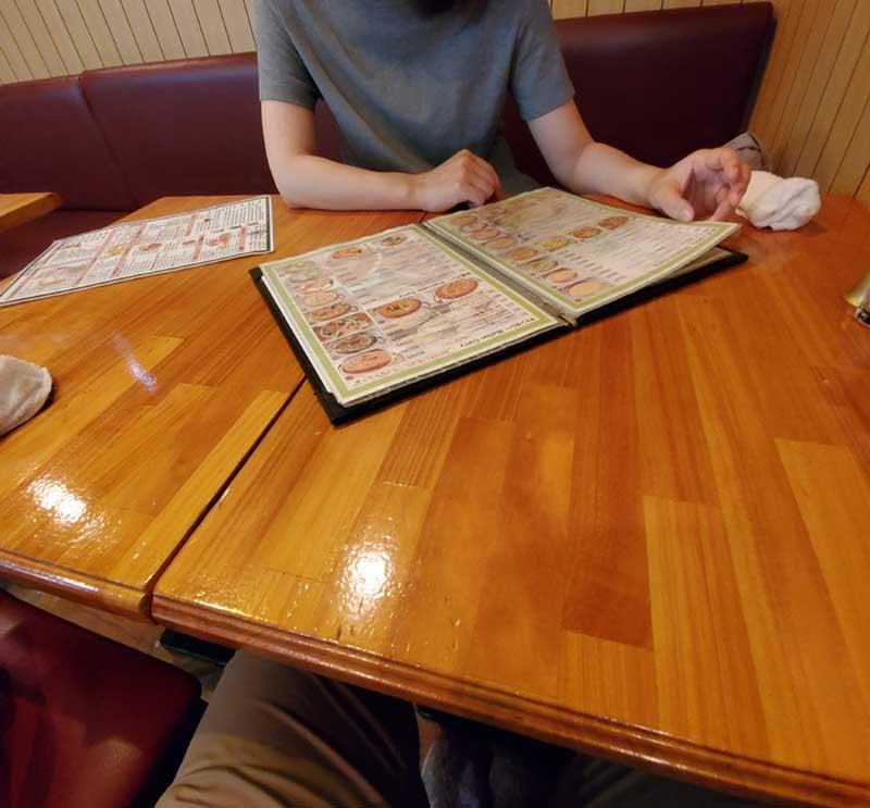 ゆったりしたテーブル席で安心
