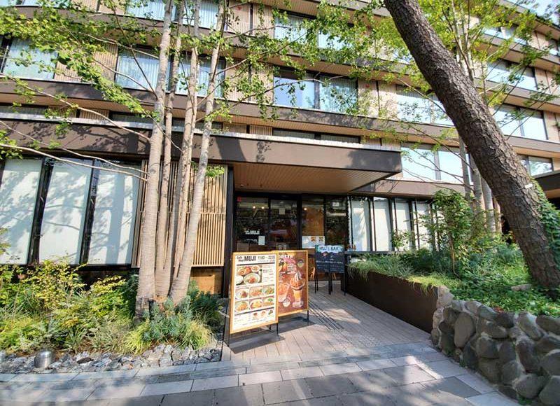 【鎌倉・無印カフェ】ホテルメトロポリタン1階、木と緑のおしゃれカフェ!ランチもビールも楽しめる!