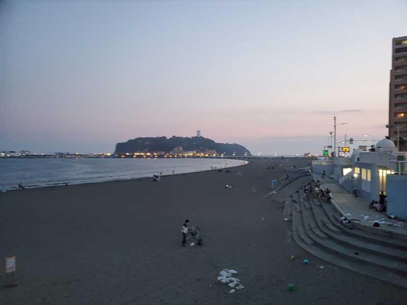 砂浜に普通にゴミが投げ捨てられている