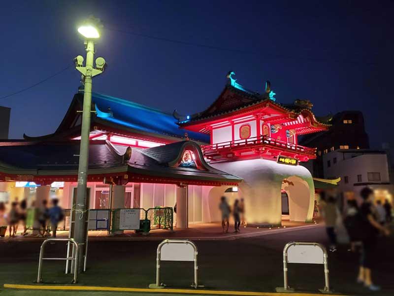 2020年お盆休みの小田急線片瀬江ノ島駅前の様子