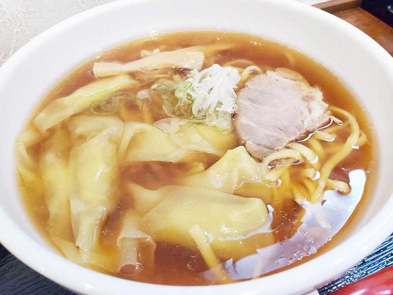 幅切の麺と醤油スープのわんたん麺