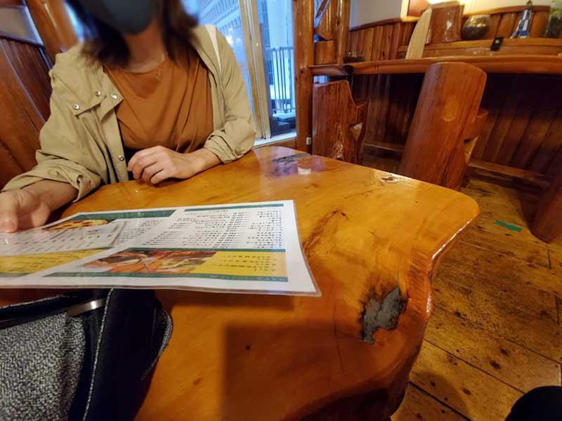 味のある木のテーブル