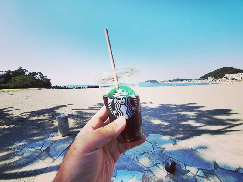 スタバのコーヒーと海