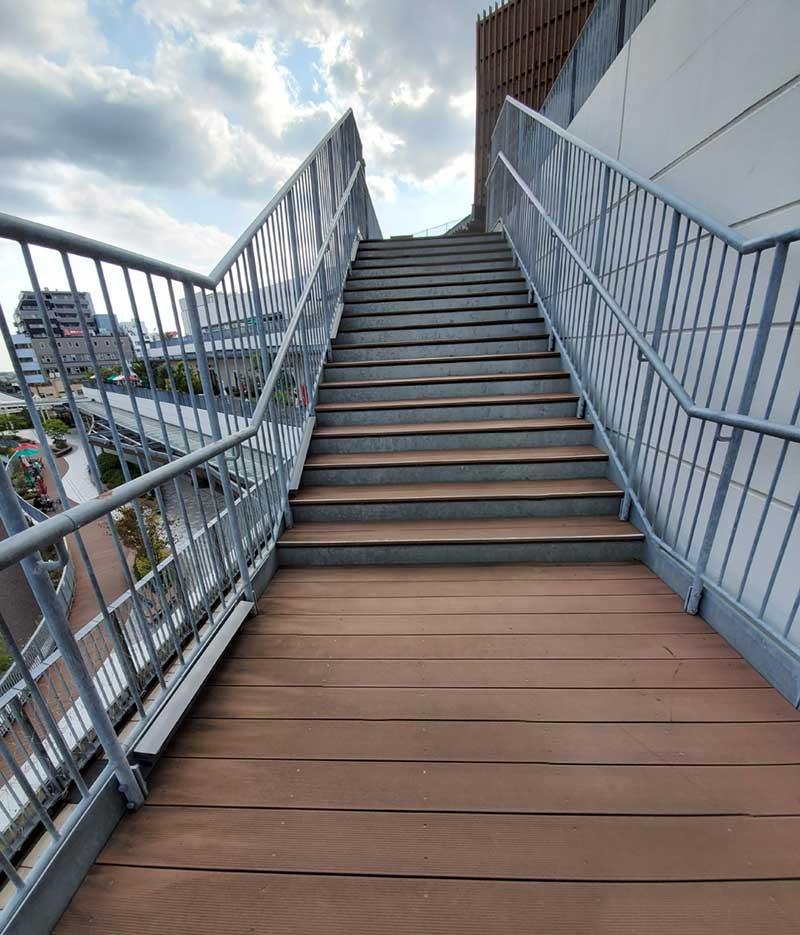 各階は外の階段で移動できる