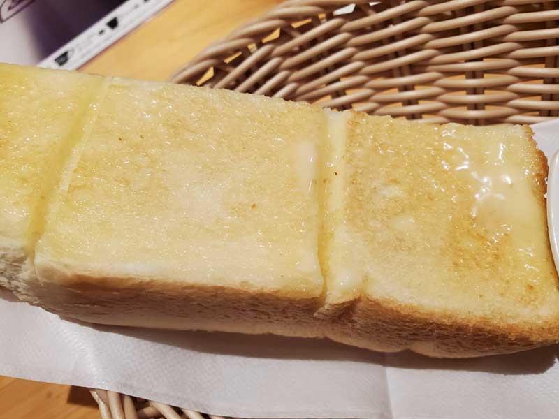 厚切りトーストが半枚