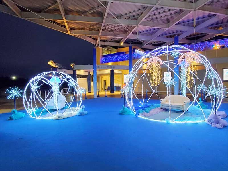 クラゲに囲まれたドーム状のイルミネーション