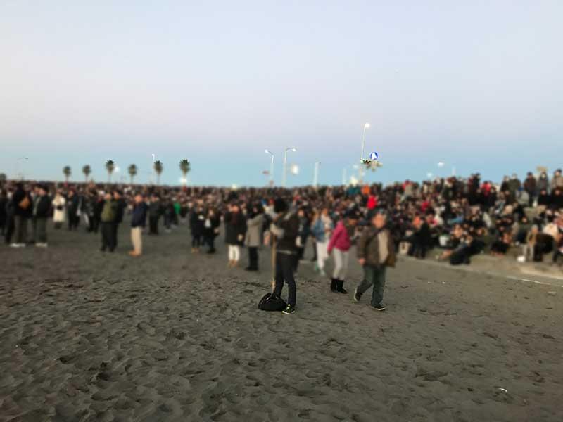 毎年こんなに密になる片瀬東浜の初日の出タイム