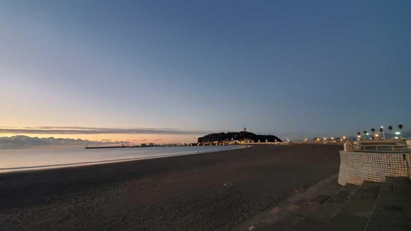 誰もいない12月下旬夜明け前の東浜