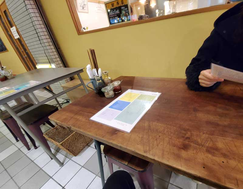 外のテーブル席へ着席