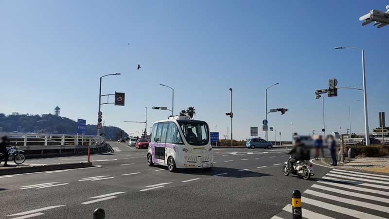江ノ島へ走っていく自動運転バス