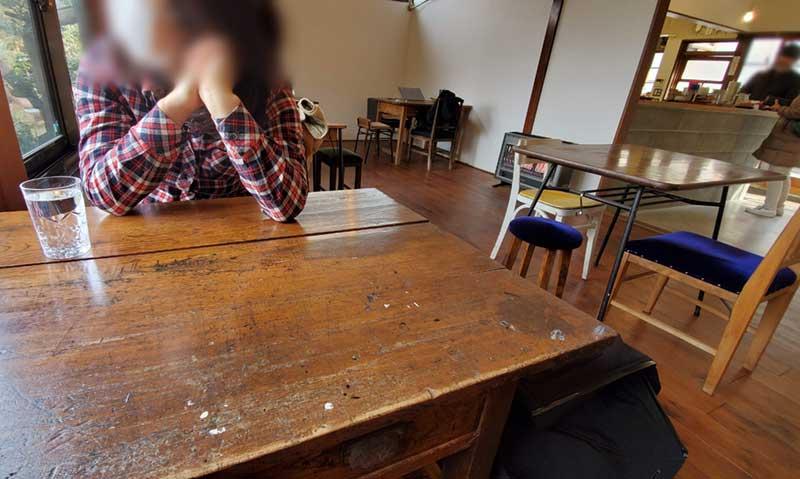 窓際の大きなテーブル席