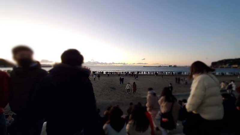 浜辺の出入り口が大混雑