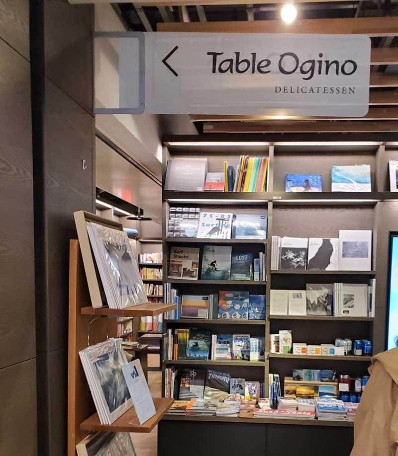 本屋の中にあるターブルオギノ