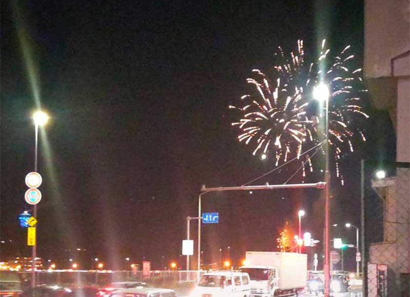 【2021年4月3日江ノ島ゲリラ花火大会】仕掛け人は高校生!西浜にスカイランタンが上がったとか!