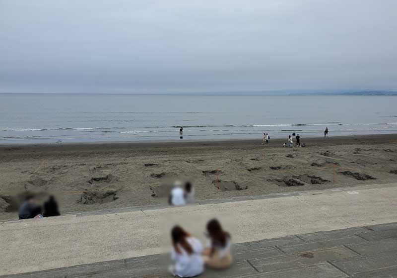 砂浜には支柱を埋める穴が