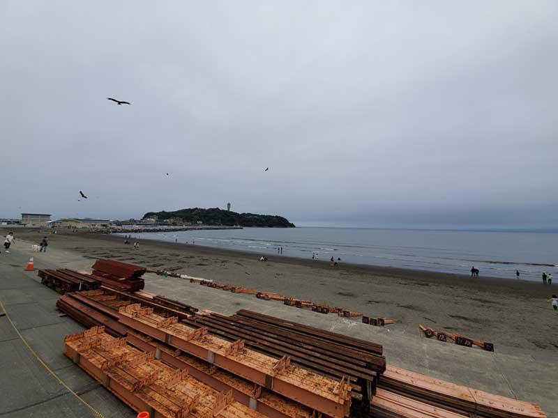 海の家の建築資材が置かれている