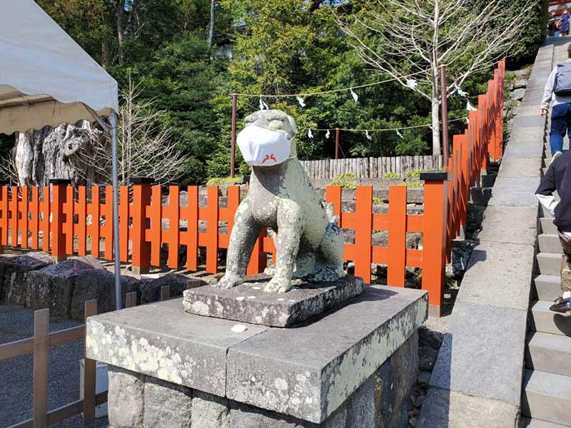 八幡宮の狛犬はマスク着用