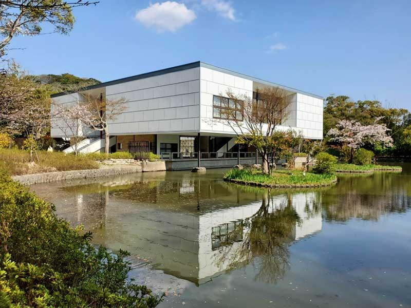 平家池のほとりにある美術館「鎌倉文華堂鶴岡ミュージアム」