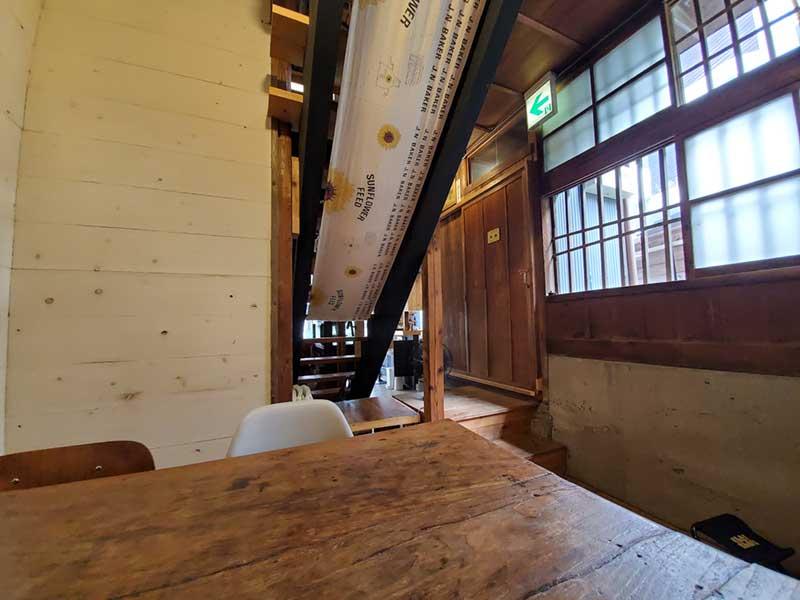 飴色のテーブルや柱がステキ