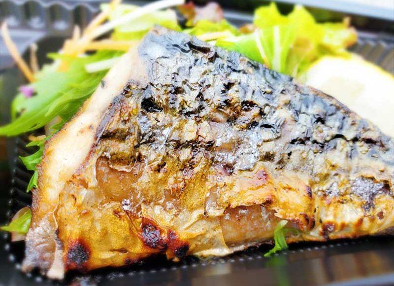 【江ノ島・炭焼きミンナミ食堂】飴色古民家から漂う煙がそそる!炭火焼きサバの文化干し弁当がカリッとジューシー!