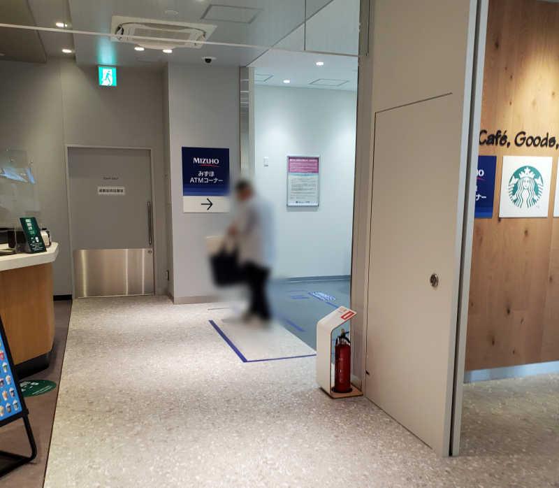 みずほ銀行のATMは3階スタバの脇にあった